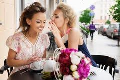 Zwei Frauen in einem Stab Stockbilder