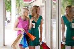 Zwei Frauen-Fenster-Einkaufen Stockfotos