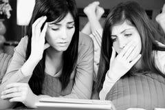 Zwei Frauen gesorgt um schlechte Nachrichten auf Tablette stockfotos