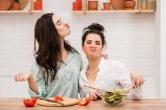 Zwei Frauen haben Spaß mit rotem Pfeffer als Schnurrbart lizenzfreie stockfotografie