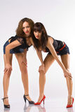 Zwei Frauen haben unten verbogen lizenzfreie stockfotografie