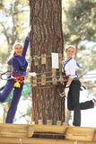 Zwei Frauen im Abenteuerpark Stockfoto