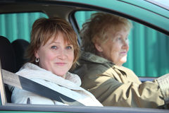 Zwei Frauen im Auto Lizenzfreie Stockfotos