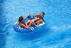 Zwei Frauen im Swimmingpool Stockbild
