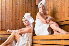 Zwei Frauen im Wellnessbadekurort Saunainfusion genießend stockfotos
