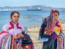 Zwei Frauen mit Andenken Lizenzfreies Stockbild