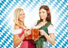 Zwei Frauen mit Bier bei Oktoberfest Lizenzfreies Stockfoto