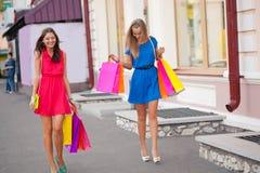 Zwei Frauen mit Einkaufenbeuteln Stockfotos