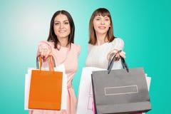 Zwei Frauen mit Einkaufenbeuteln Lizenzfreie Stockbilder