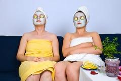 Zwei Frauen mit Gesichtsschablone am Badekurort Stockfoto