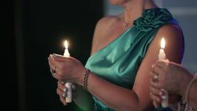 Zwei Frauen mit Kerzen in den Händen stock video footage