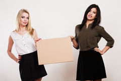 Zwei Frauen mit leerem Brett Stockbild