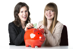 Zwei Frauen mit Sparschwein Stockfotos