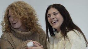 Zwei Frauen Mutter und Tochter wählen Kosmetik und Lachen Slowmotion stock footage