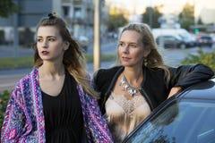 Zwei Frauen nahe bei einem Auto Stockbilder
