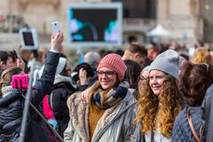 Zwei Frauen nehmen ein Selfie stockfotos