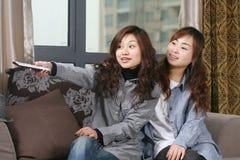Zwei Frauen sehen Fern Stockfotos