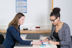 Zwei Frauen sind in einer Sitzung Stockfotos