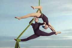 Zwei Frauen sind Luftturner Stockbilder