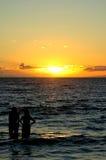 Zwei Frauen am Sonnenuntergang lizenzfreie stockbilder