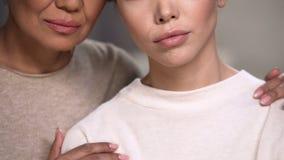 Zwei Frauen stützen sich nachdem Verlust der nahen Person, Versuch überwundene Schmerz stockfotografie