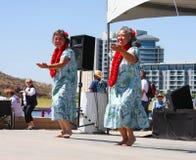 Zwei Frauen tanzen während des Drache-Boots-Festivals Lizenzfreie Stockfotos
