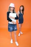 Zwei Frauen und ein Laptop 4 Stockfoto