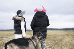 Zwei Frauen und Hund stockbild