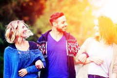 Zwei Frauen und junger Mann, die die Sonne gehen und genießen stockbilder