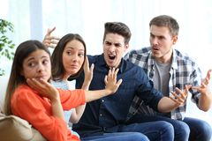 Zwei Frauen und Männer, die zu Hause argumentieren stockfoto