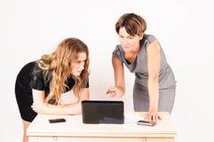 Zwei Frauen, welche die Diskussion haben Lizenzfreies Stockbild