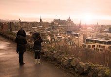Zwei Frauen, welche die Stadt von Edinburgh aufpassen Stockfotografie