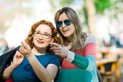 Zwei Frauen - Zeigen von wichtigen Plätzen stockfotografie