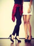 Zwei Frauenbeine, die hohe Absätze darstellen lizenzfreies stockbild