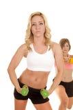 Zwei Frauensport-BH einer in den vorderen grünen Gewichten lizenzfreies stockfoto