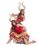 Zwei Frauentänzer mit Hörnern Getrennt auf weißem Hintergrund Stockfoto