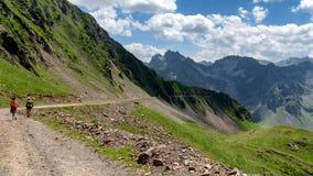 Zwei Frauenwanderer auf der Spur von Pic du Midi de Bigorre in Stockbilder