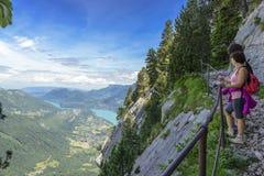 Zwei Frauenwanderer, die in die Berge gehen Stockfotos