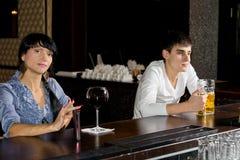 Zwei Fremde, die an einer Bar trinken Stockfotografie
