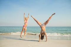 zwei Freunde in den Badeanzügen lizenzfreies stockfoto