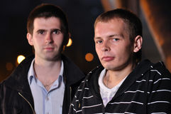 Zwei Freunde an der Nachtstraße Lizenzfreies Stockbild
