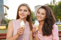 Zwei Freunde, die Eiscreme essen lizenzfreies stockfoto
