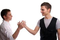 Zwei Freunde, die Hände rütteln Lizenzfreies Stockbild