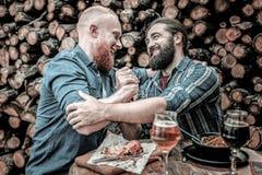 Zwei Freunde, die miteinander Respekt zeigen lizenzfreie stockbilder