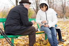 Zwei Freunde, die Schach im Park spielen Stockfotos