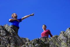 Zwei Freunde, die Spaß auf den Berg haben Stockfotografie