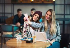 Zwei Freunde, die zusammen Kaffee in einer Kaffeestube genießen Stockfotos