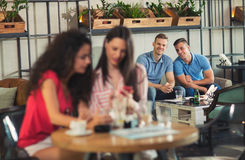 Zwei Freunde, die zusammen Kaffee in einer Kaffeestube genießen Lizenzfreies Stockbild