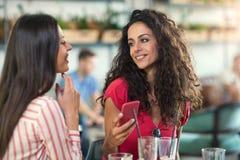 Zwei Freunde, die zusammen Kaffee in einer Kaffeestube genießen Stockfoto