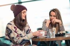 Zwei Freunde, die zusammen Kaffee genießen Lizenzfreie Stockfotografie